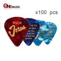 100pcs / lot Pick color chitarra in celluloide colore con GESÙ Romani 10:13 Stampa 0,71 mm