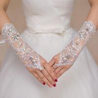 Billige kurze Spitze Braut Brauthandschuhe Hochzeit Handschuhe Perlen Kristalle Hochzeit Zubehör Spitzenhandschuhe für Bräute fingerlos unterhalb Ellenbogenlänge