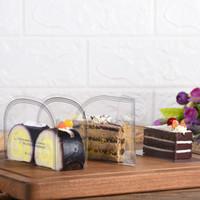 كعكة موس تحلية شفافة تحيط بفيلم الطعام الزخرفي الصلب حول حواف الكعكة تقف YQ01479