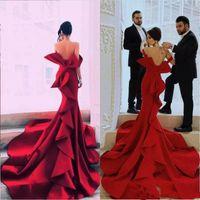 Charmig röd 2020 satin sjöjungfrun kvällsklänning från axeln Arabiska Ruched Ruffles Plus Size Long Prom Dresses Vestidos defesta