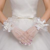 Snygg vit röd spets brudhandskar med pärlor och blomma Beaded Billiga Bröllopsfesttillbehör Kortfinger Net Sheer Bridal Gloves B13