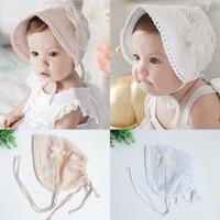 Berretto in pizzo per bebè fiore in cotone morbido Scava fuori berretto per bambina con fiore primaverile Cappellino berretto estivo regolabile per neonato