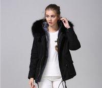 Resistente ao frio mulheres casacos de neve Meifeng marca moda cinza forro de pele de coelho preto mini parkas com luxuoso preto pele de guaxinim com capuz