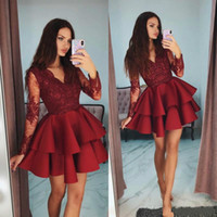 Burgundy V Neck Vestidos Homecoming Elegante em camadas manga comprida frisada Lace Applique Vestido Curto Prom Lovely Fashion Celebrity Dress Cocktail
