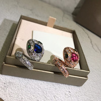 Europa América Venta caliente moda mujer mujer latón 18k chapado en oro ajuste de diamante completo forma de serpiente forma de anillo abierto tamaño libre