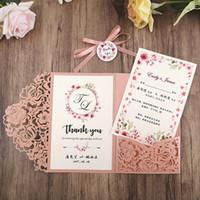 Invitaciones de boda de ventas Invitaciones de bolsillo de corte láser rosado para la ducha nupcial Regalización de la graduación de cumpleaños con la tarjeta RSVP y la etiqueta de la cinta