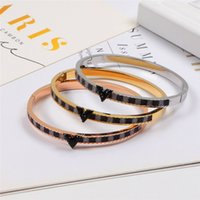 Classic Black Diamond Couple Bangles Fashion V Design Hombres Mujeres Brand Bracelets Outdoor Street Style Unisex Titanium Bangles