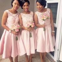 Элегантные розовые розовые короткие платья подружки невесты A-Line Аппликация Драгоценная шея Атласная длиной до колен Платья для подружек невесты Свадебное платье для гостей