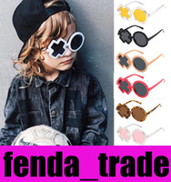 Cute Kids XO Gafas de sol Cool Diseñador único Moda de calle Tendencia Niños Chicas Sombras Niños Gafas de sol oculos UV400 20PCS