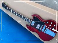 مصنع مخصص الأحمر الجسم النبيذ الغيتار الكهربائي مع الأجهزة كروم، 2 بيك آب، أسود Pickguard ل، يمكن تخصيص