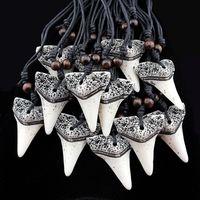 Atacado lote 12 pcs Imitação Yak Osso Escultura Tubarão Dente Encantos Pingentes Contas De Madeira Colares Amuleto Presentes MN158