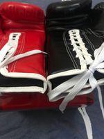 10oz-14oz الأسود والأحمر التوائم قفازات الملاكمة الكبار لعب الأكياس الرملية باري أن الرجال والنساء محارب التدريب ساندا الملاكمة التايلاندية الملاكمة قفازات