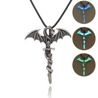 Uomini Chain di cuoio luminosi collane d'argento antico pterosauro Nightlight spada Collana Accessori di moda Jewerly 0039WH all'ingrosso