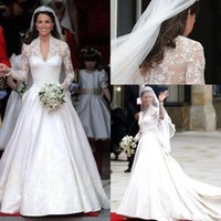 Classic 2020 White A Line Bröllopsklänningar V Halsband Långärmad Appliqued Lace Kate Middleton Knappar Tillbaka Royal Bridal Gown Satin
