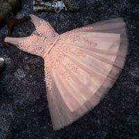 Женщины Pearl Coral Prom Платья для выпускного вечера Девушки Сексуальное платье выпускного вечера Короткие V-образным вырезом Аппликации Бисероплетение Кружев на колени Длина выпускных вечеринок