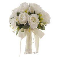 ロマンチックなウェディングブーケの花嫁を保持しているブーケクリスタルダイヤモンドリボン造花の花束を持って花を持って花を持って