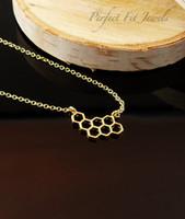 30 Hollow Geometric Honeycomb Bee Animal Pingente Colar Personalidade Inseto Feminino Numerosas Mulheres Sorte Mãe Homens Família Presentes Jóias