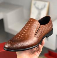 Новый 2020 Мужчины скольжению на платье обувь острым носом Черный Коричневый Крокодил шаблон натуральная кожа Oxfords мужские Мокасины Бизнес Свадебная обувь 38-45