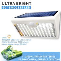 60 luces LED de luz solar 1300 lm Luces de lámpara mejoradas súper brillantes para jardín de patio de pared al aire libre con cinco modos en una lámpara solar