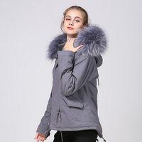 Moda Meifeng resistente al freddo grigio pelliccia di coniglio fodera grigio mini parka da donna con pelliccia di procione grigia orlo in Norvegia
