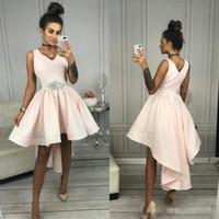 Modest una línea vestidos cortos Vestidos de fiesta V del cuello atractivo del marco del satén moldeado simple Hi Lo regreso al hogar de los vestidos por encargo