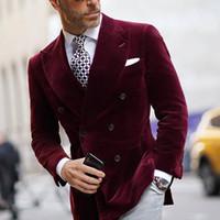 Мода Burgundy Velvet Groom Носить Slim Fit Fit Двухборосообразные пикированные Манса Манс Бизнес Формальный выпускной смокинг Лучший мужчина Blazer Suit 1