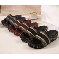 Sommer-Keil-Absatz-Plattform-Hausschuhe Marke starke untere Letters sticken Sandalen Web Berühmtheit Sterne lässige Pantoffeln Luxus Strand Schuhe