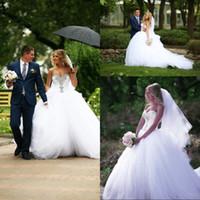 ingrosso abiti da sposa bridali-Abito da sposa di lusso bianco abito da sposa in tulle treno in rilievo di cristallo dell'innamorato del corsetto off spalla abiti da sposa sexy bretelle