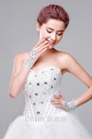 robes de mariage de vente de porcelaine achat en gros de-Nouveau Gants De Mariée Courte 2016 Élégant Gants Junior Dentelle Poignet Longueur Robes De Mariage Gants Creux Made in China Vente Chaude