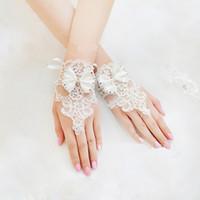 luvas sem dedos de renda venda por atacado-Novo 2015 Barato Longo Bridal Lace Appliques Beads Fingerless Comprimento De Pulso Com Arco de Noiva Luvas de Casamento Acessórios