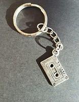 geschenk taschen band großhandel-Vintage Silber Kassette Charme Schlüsselanhänger Für Schlüssel Autoschlüssel Ring Tasche Schmuck Marke Geburtstagsgeschenk Schmuck Zubehör 50 stücke L203