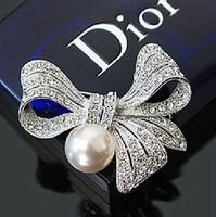ingrosso grandi spille chiare-Grande spilla a forma di arco placcato argento elegante con 2 cristalli di strass e perla color avorio