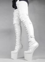 botas altas de la entrepierna del muslo al por mayor-Wonderheel HOT mujeres botas de moda cuero blanco PU muslo botas altas aprox. Bragas de la entrepierna brillante patente hebillas 20cm heelless