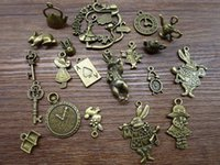 Gros-Mix 20 / 40pcs d'Alice Lapin Charms Bronze Argent Alice in Wonderland Charm Pendentifs, Horloge, Key, Teapot