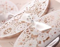 sobres de boda para imprimir gratis al por mayor-Invitaciones de boda corte láser Tarjeta de invitación de boda Flores huecas con sobres y conos, personalizables e imprimibles gratis