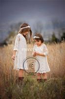 kızlar vintage gelinin elbiseleri toptan satış-2019 Vintage Dantel Çiçek Kız Elbise Yaz Boho Düğün Sheer Jewel Uzun Kollu Diz Boyu Custom Made Ucuz Genç Nedime Elbisesi