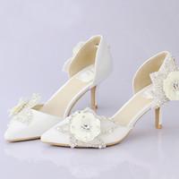 beyaz kedi yavrusu düğün ayakkabıları topuklar toptan satış-Beyaz Saten Gelin Elbise Ayakkabı Sivri Burun Glitter Çiçek Düğün Parti Ayakkabı Kitten Topuklar Seksi Kadınlar Balo Yaz Sandalet Pompalar