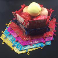 chinesische art aufbewahrungsboxen großhandel-Hexagon faltbare süßigkeiten obst aufbewahrungsbox chinesischen stil seidenbrokat handwerk schmuckstück Stückgut lagerkörbe durchmesser 7x8x3 zoll 2 stück / lo