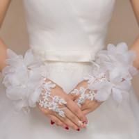 handgelenk blume braut weiß großhandel-Günstige Neue Spitze Appliques Kurze Handgelenk Länge Handschuhe Für Braut Fingerlose Hochzeit Zubehör Kristall Blumen Rot Weiß Brauthandschuhe