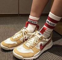 chaussettes à rayures blanches rouges achat en gros de-18ss Vetements Basketball Chaussettes Rouge Stripe Blanc Noir Coton Chaussettes Planche À Roulettes Hip Hop High Street Sport Mode Midtop Chaussettes HFLSWZ004