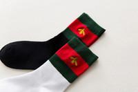 мужчины носки корея оптовых-2017 зимние носки новая осень Корея Eurpean Америка мода маленькая пчела носки для мужчин женщин размер 36-39 2 Цвет черный белый