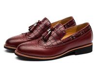 zapatos de borgoña puntiagudos para hombre al por mayor-Zapatos brogue para hombres mocasines con borlas clásicas para hombre negro burdeos marrón para fiesta de boda oxfords de cuero con punta puntiaguda