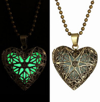 2015 Vintage Style Frozen Glow Collana Heart Locket Hollow Pendant Bronzo antico Charms Glow In The Dark Novità Gioielli in rame -J307