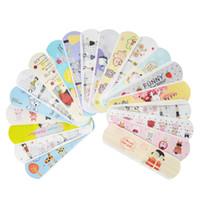 verband kind großhandel-100 Stücke Wasserdichte Atmungs Nette Cartoon Pflaster Hämostase Pflaster Erste Hilfe Notfall Kit Für Kinder Kinder