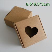 ingrosso scatole di finestra del cuore-Contenitore di imballaggio del regalo della festa nuziale della scatola di imballaggio della carta kraft di 6.5 * 6.5 * 3cm con la finestra del CUORE per i gioielli fatti a mano del sapone del sapone di cioccolato