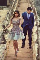 vestido de noite curto do projeto venda por atacado-Novo Design 2018 Barato Curto Cocktail Dress Prom Vestidos Lace Appliques Beading Lantejoulas Sheer vestido de Baile Vestidos de Noite