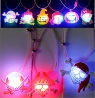 Barato Acenda Decorações De Abóbora-LED Halloween Pumpkin Necklace Pendant Decoração de Halloween Led Cartoon Pendant Pirate Skull Shining Jóias Party Favor Light Up Kids Toys