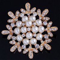 Barato Venda De Corsage De Casamento No Atacado-Fashion Snowflake Broches Pins Atacado Jóias de Natal Crystal Rhinestone Pearls Brooch Luxury Wedding Corsage Acessórios Hot Sale