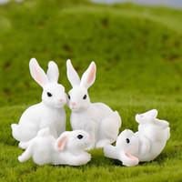 paskalya için süslemeler toptan satış-Beyaz Tavşan Aile Paskalya Bunny Doll Süs Oyuncak Minyatür Hayvanlar Aksesuar Peri Bahçe Dekorasyon Moss Mikro Peyzaj Malzeme DIY