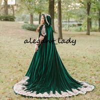 capa de la boda de terciopelo al por mayor-Hunter Green Velvet Wedding Cloak 2020 Capucha de madera Apliques de encaje Cabo nupcial largo Bolero Wrap Accesorios de boda
